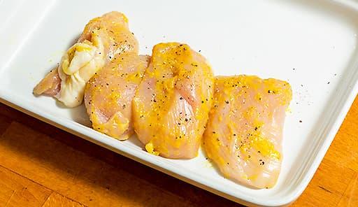 調理工程01_調味料を鶏むね肉にまぶしてマリネにする