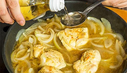 調理工程03_フライパンにたまねぎ・マスタード・にんにくと残りの調味料を入れて煮込む