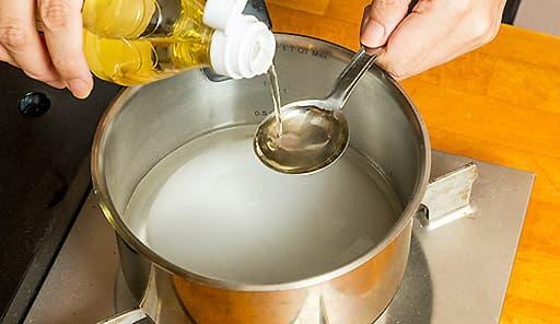 調理工程01_鍋にグラニュー糖・水・酢を入れて軽く煮詰める