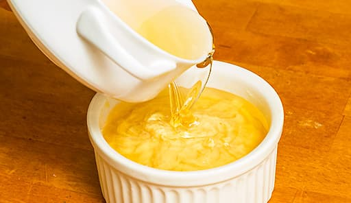 調理工程05_バターを塗ったココットにに生地・シロップを順に流し入れる