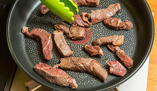 調理工程03_フライパンで焼き色がつくまで牛肉を焼く