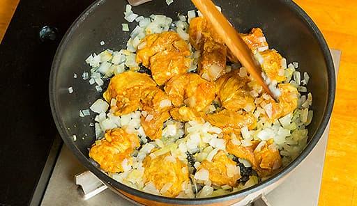 調理工程03_鍋に植物油をしき、たまねぎを炒める。にんにく・豚肉を加え、豚肉をマリネしたペーストを加えて煮込む