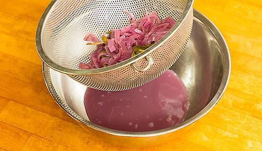 調理工程03_肉を取り出し、漬け汁をざるで濾す