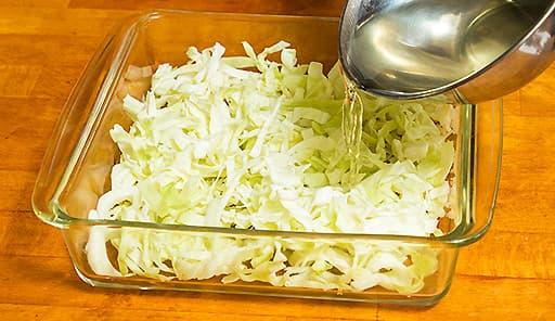 調理工程01_ボウルにキャベツを敷いて、調味料をかける