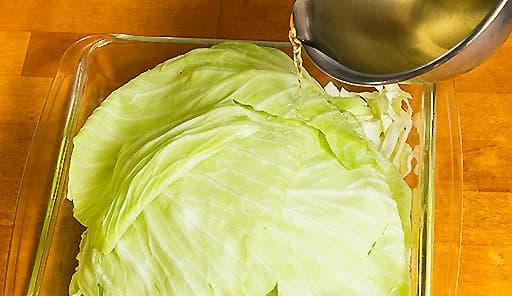 調理工程01_耐熱皿にキャベツ・調味料を入れて電子レンジで加熱する