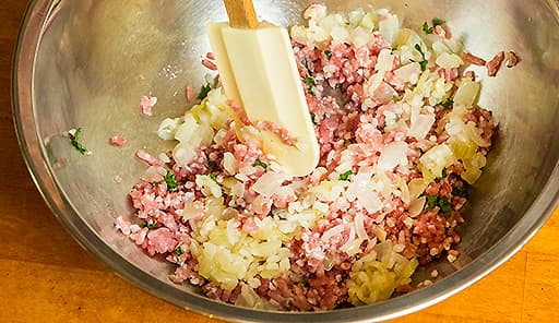 調理工程03_ボウルに豚ひき肉・パセリ・塩・黒こしょうを入れて混ぜる