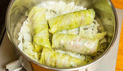 調理工程05_オーブンに入れられる鍋にロールキャベツを並べる