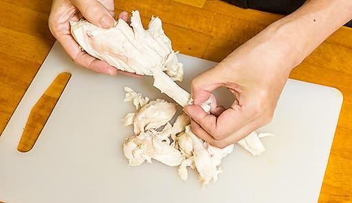 調理工程01_茹でた鶏肉を手で細かく裂く