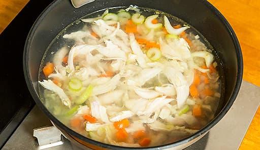 調理工程03_ニンジン、セロリを鶏肉と一緒に煮込む