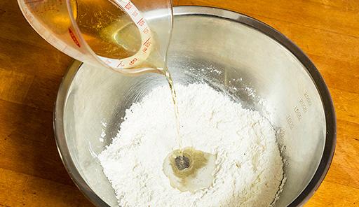 調理工程02_中央にラガービールを注ぎ、混ぜ合わせながら泡立てる