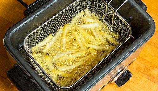調理工程03_冷凍フライドポテトを揚げる
