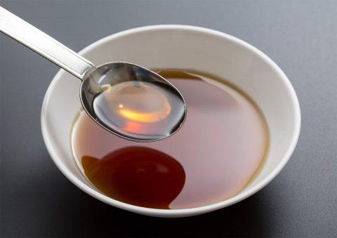 イメージ写真_小皿に入れたお酢をスプーンですくう