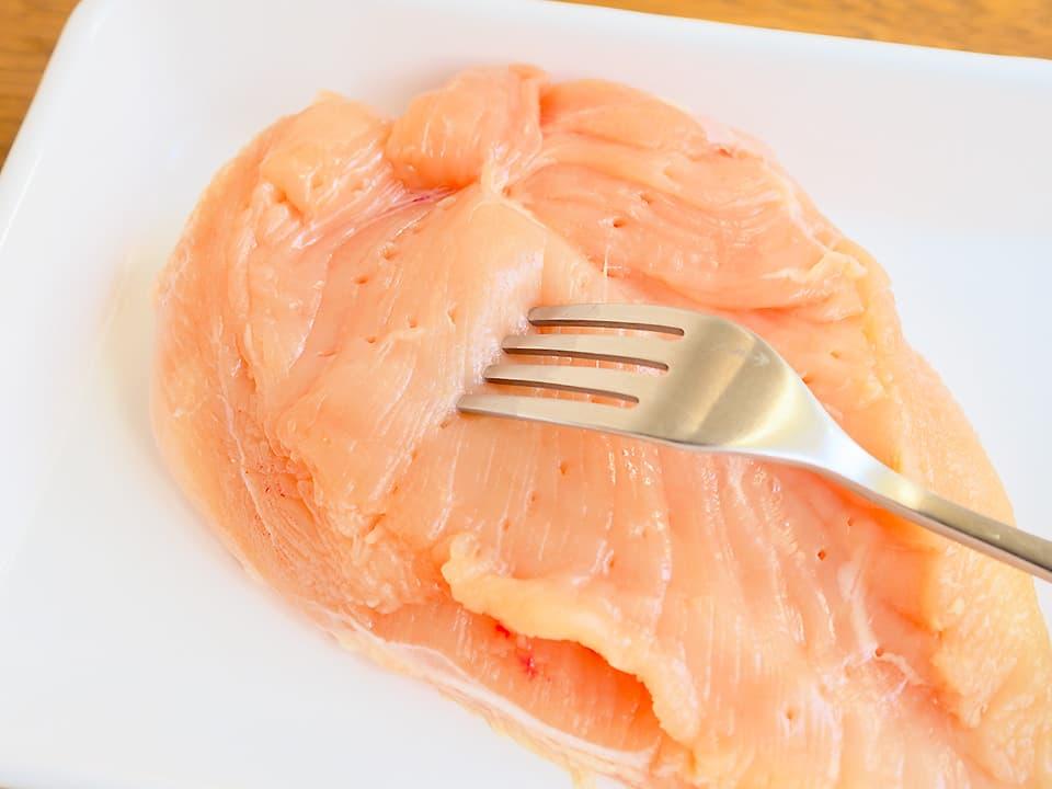 調理工程_鶏ハムレシピ_鶏肉はフォークで数カ所穴をあけます