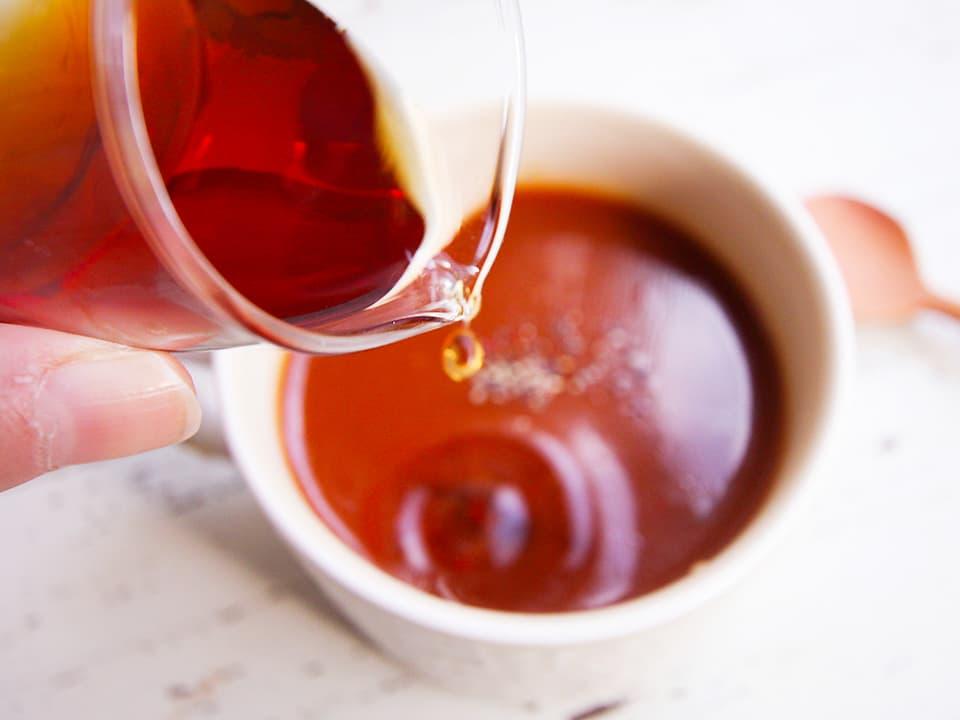 イメージ写真_トマトスープにお酢を入れる