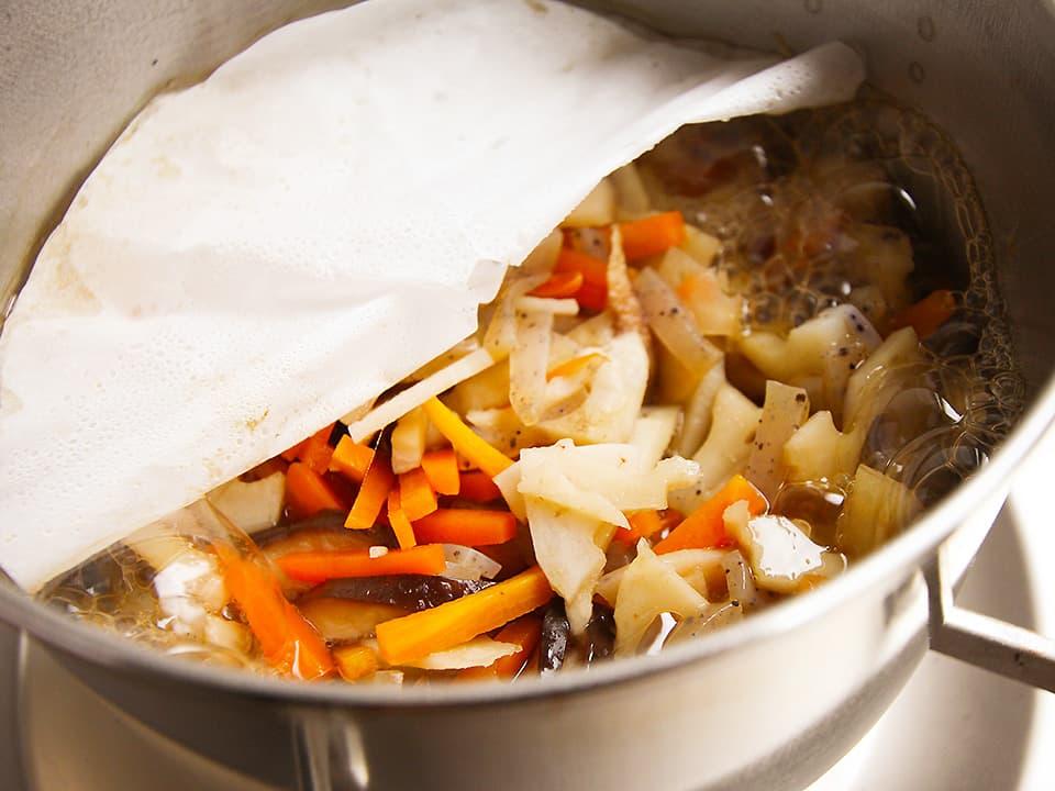 調理工程_ちらし寿司の具材を鍋に入れて煮込む