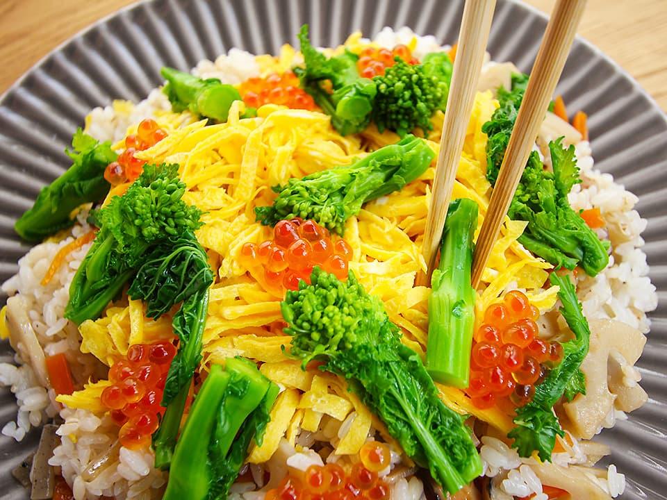 調理工程_ちらし寿司をお皿に盛り付ける