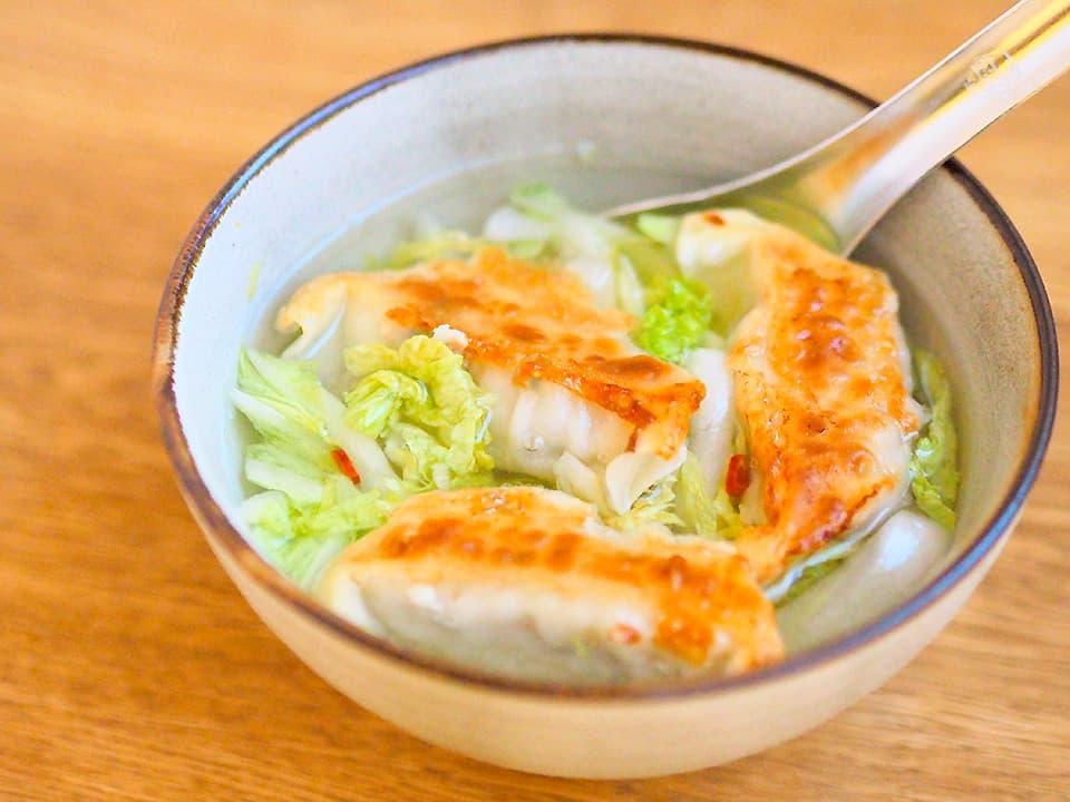 調理写真_餃子とキャベツ入りの中華風スープ