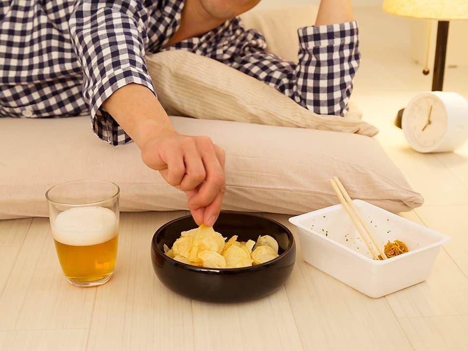 イメージ写真_寝転がってお酒を飲んだりお菓子を食べたり