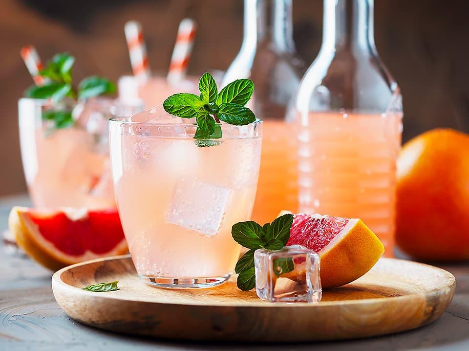 イメージ写真_コップに入ったお酢カクテルとピンクグレープフルーツ