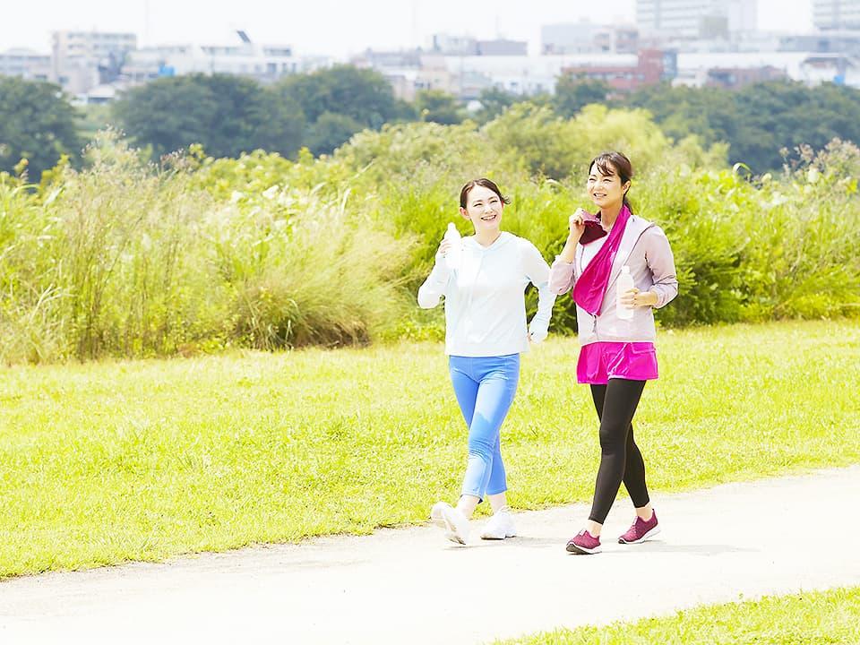 イメージ写真_健康を意識した女性二人がウォーキング