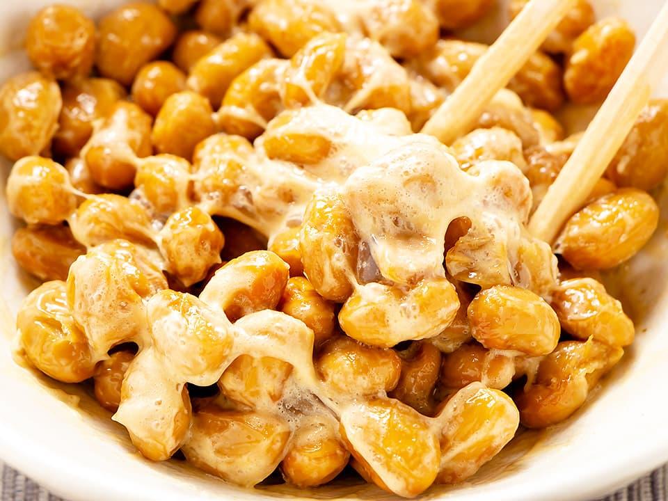 料理写真_お酢をかけた納豆を箸で混ぜる
