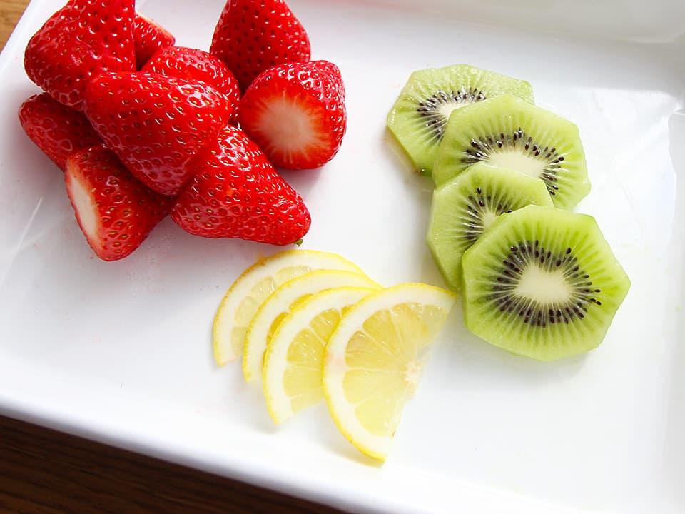 食材写真_ピクルスの材料_いちご・キウイ・レモン