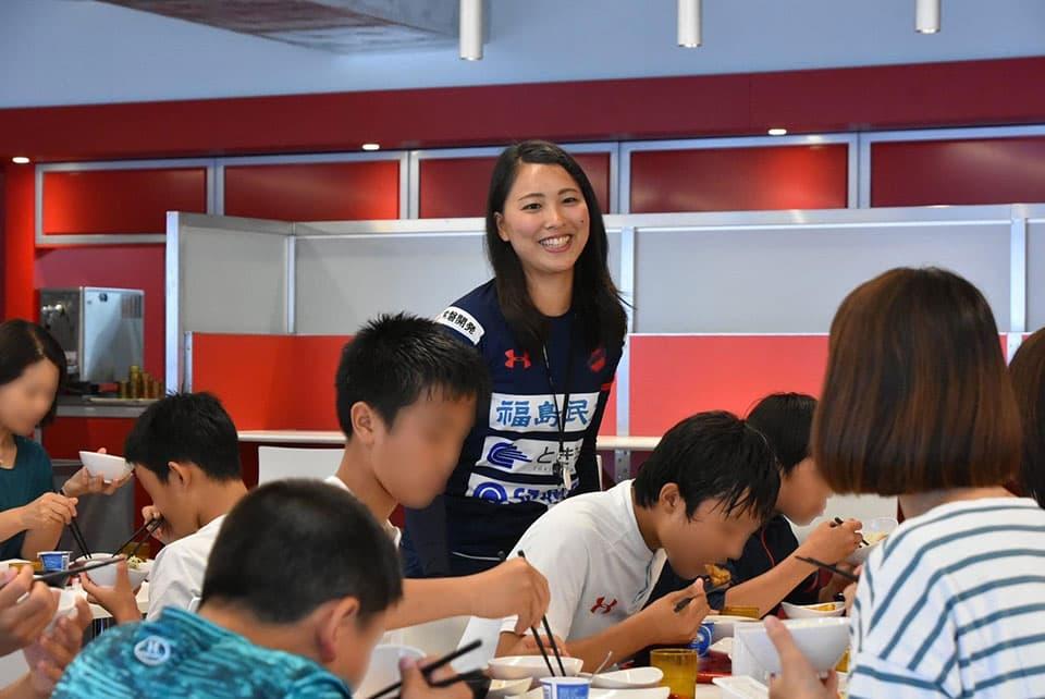 提供画像_子ども達が食事をする様子を見守る栄養士の田中さん