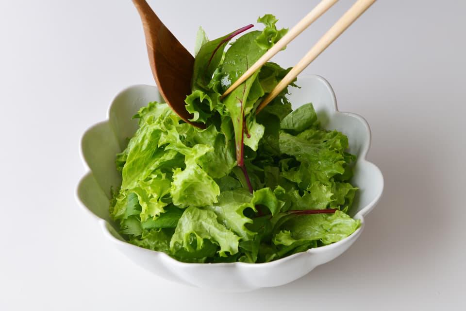グリーンサラダを取り分けているところ