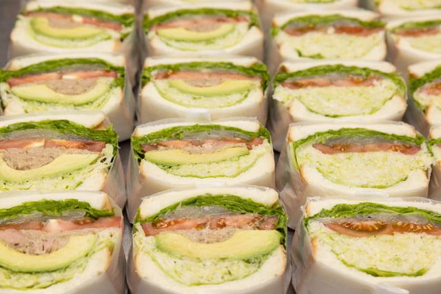 写真_萩野菜ピクルスカフェで販売されている具沢山のサンドイッチ